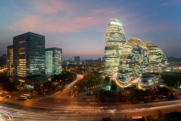 Деловой район wangjing soho ночью в пекине, китай.