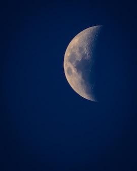 Убывающая луна ночью