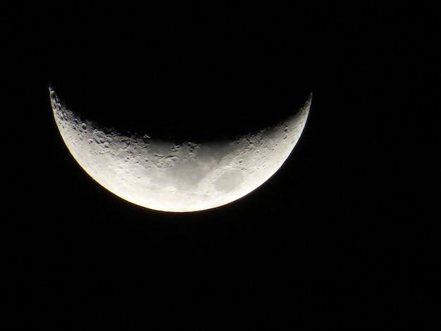 Убывающая луна в ночном небе
