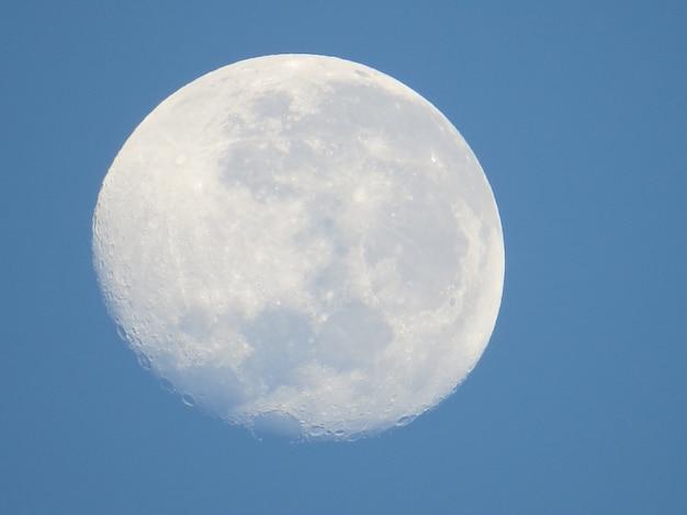 青い背景の月の衰退