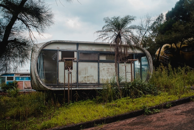 Старый заброшенный дом возле леса в деревне wanli ufo, тайвань