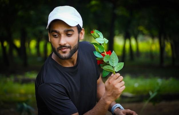 考えて美しい赤いバラの男を提案したい