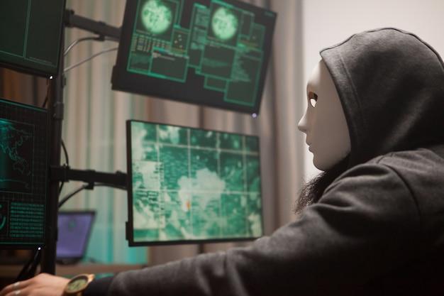 정부 서버를 해킹하는 동안 자신의 신원을 보호하기 위해 마스크를 쓴 사이버 테러리스트를 수배했습니다.