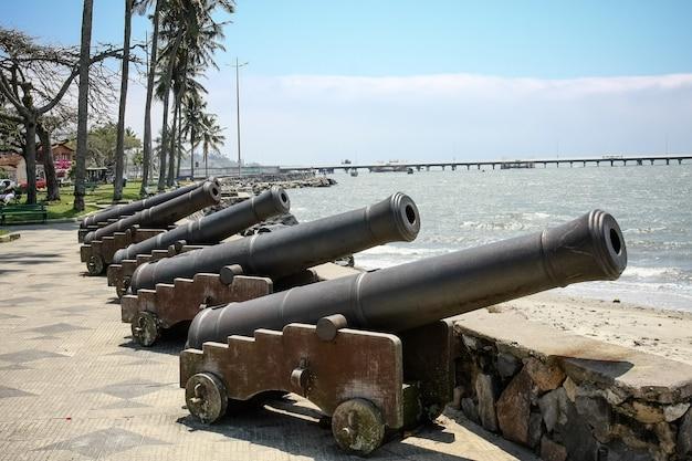 Военная пушка с видом на море