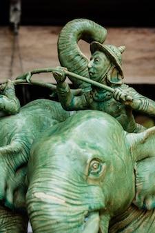 전투로 돌진하는 전쟁 코끼리, 도자기 조각상