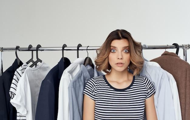 ワードローブファッション洋服シャツ女性ショッピングストライプtシャツモデル。高品質の写真