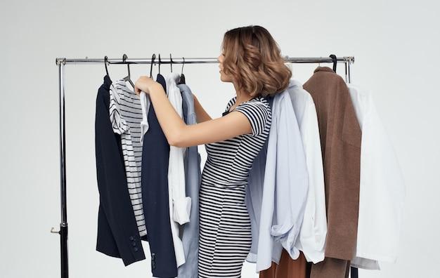 ワードローブファッション洋服シャツ女性ショッピングストライプtシャツモデル。