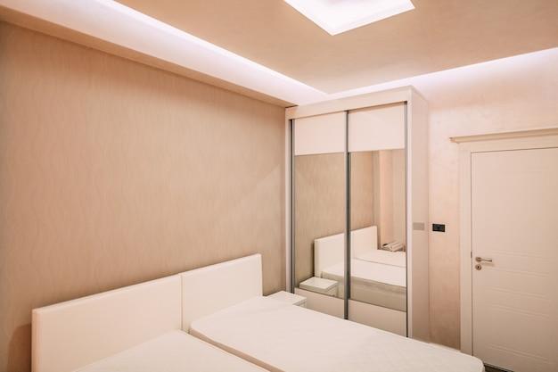 아파트의 옷장. 인테리어 디자인 침실.