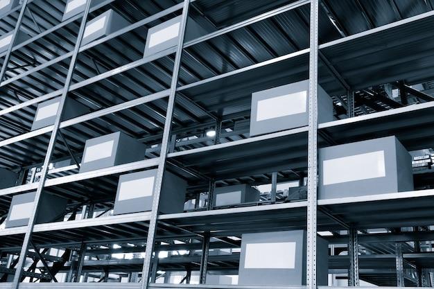 Интерьер склада с картонными коробками на полках крупным планом