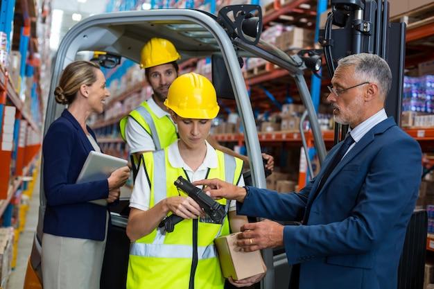 倉庫マネージャーとクライアントが同僚とやり取りする