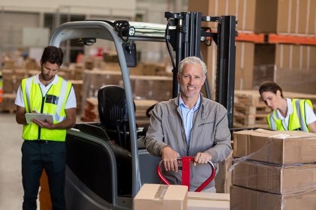 倉庫マネージャーと労働者の出荷準備