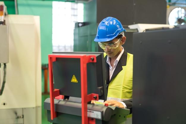 정비사 마이크로칩 부품을 생산하는 창고 관리자 명령 컴퓨터