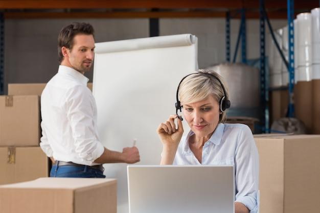Менеджер склада, использующий ноутбук во время презентации