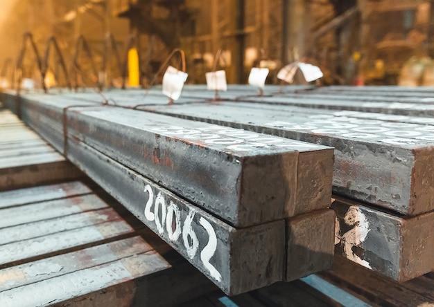 倉庫の金属ブランク。金属の電気めっきプラント。