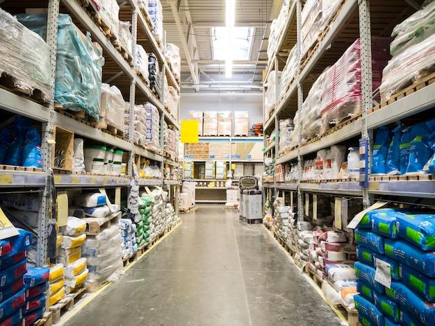 Склад стройматериалов в индустриальном магазине