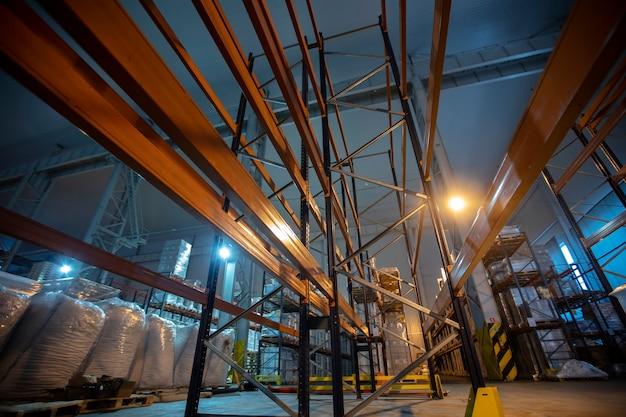 Складские помещения фабрики или цеха с металлическими полками.