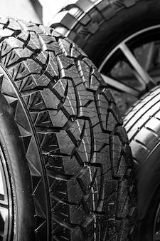 さまざまなサイズのタイヤの倉庫、ショップ