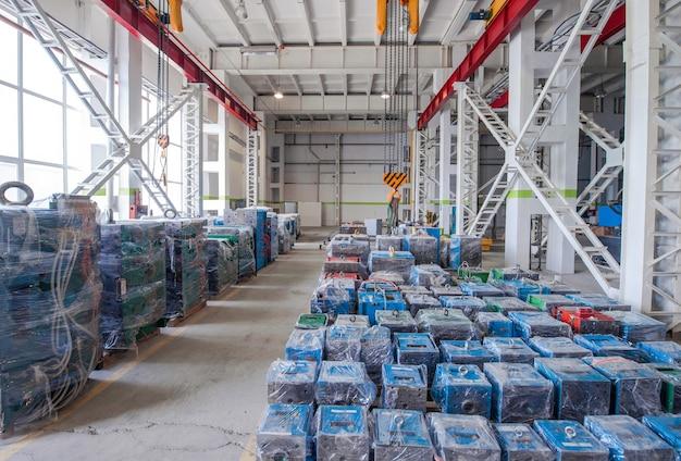 ポリエチレンとホイストクレーンで梱包された倉庫保管機の型