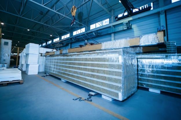 산업 제조소 작업장에 샌드위치 패널이있는 창고
