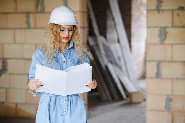 창고 여직원. 안전모에 여자 작성기입니다. 여자 엔지니어 또는 건축가. 주택 개조. 품질검사원. 건설 직업 직업입니다. 건설 노동자입니다. 건설 현장에서 여자입니다.