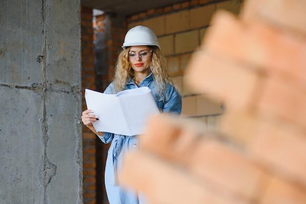 창고 여성 노동자. hardhat에서 여자 작성기입니다.