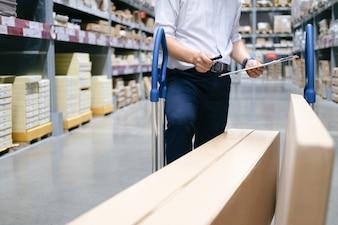 倉庫作業員が倉庫で商品をチェックします。