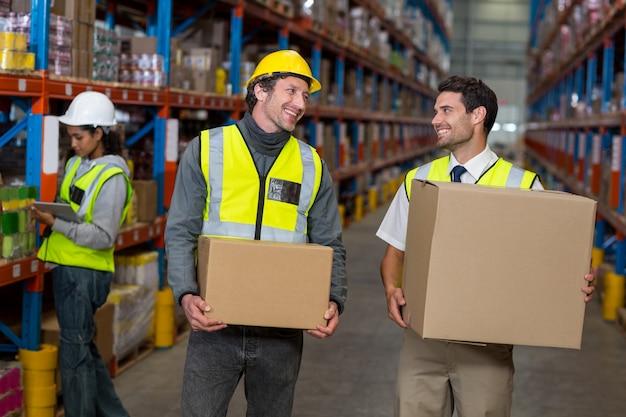 Работник склада взаимодействует друг с другом