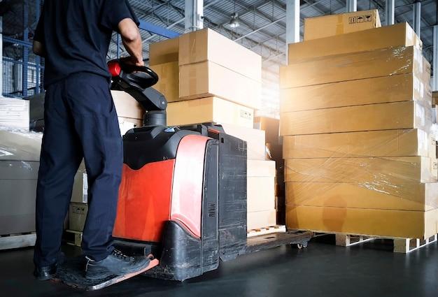 倉庫作業員が倉庫サプライチェーンにパッケージボックスを積み込む