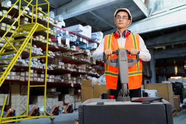 倉庫作業員はパレットローダーを操作します