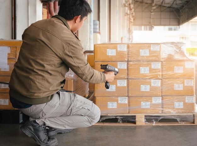 パッケージボックス付きの倉庫作業員スキャンバーコードスキャナー倉庫在庫管理