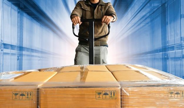Работник склада разгрузка ящиков с пакетами на складе