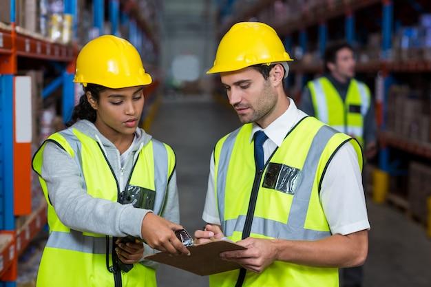 Работники склада взаимодействуют друг с другом