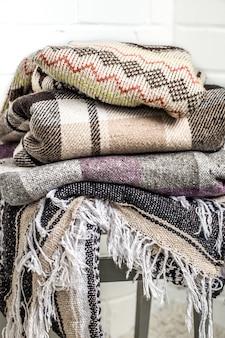 Теплые одеяла на стуле