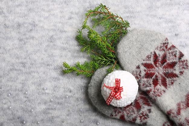 Тёплое рождество. вязаные варежки и елка. новогодний праздник фон