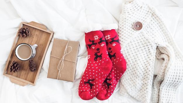 선물과 커피 근처의 따뜻한 옷