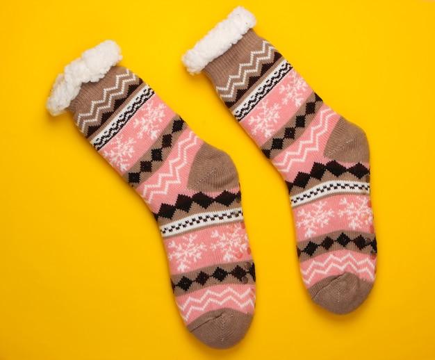 Теплые уютные носки на желтом.