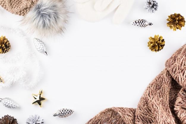 白の暖かく居心地の良い冬の衣類