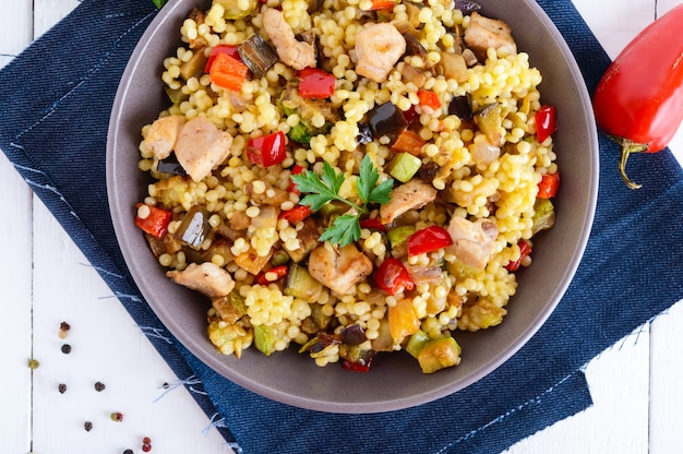 Теплый диетический салат из запеченных овощей, курицы и кускуса