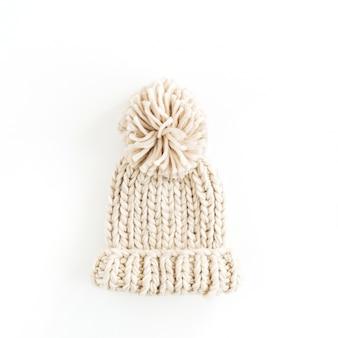 白い表面に分離された暖かい女性のニット帽。上面図
