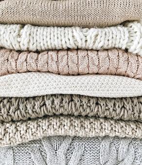 暖かいフェミニンなプルオーバーまたはセーターのアレンジメント