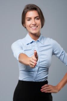 Un caloroso saluto a un cliente è molto importante al lavoro