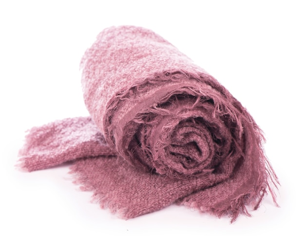 白い背景で隔離の暖かいニットピンクのスカーフ。