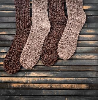 Calzini lavorati a maglia caldi sulla parete di legno