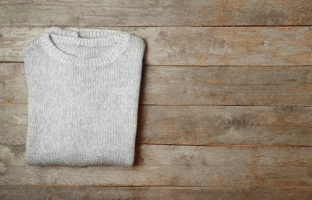 나무 배경에 따뜻한 니트 스웨터