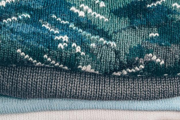 秋冬の暖かいニットセーター