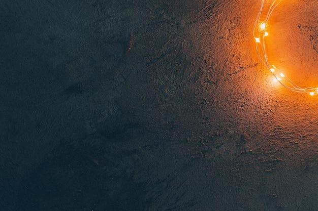 따뜻한 빛 조명 화환은 어두운 배경에 닫힙니다