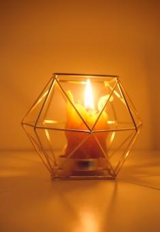 木製のスライスのキャンドルホルダーに手作りの天然蜂ワックス染めキャンドルの暖かい光。