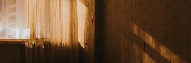 汚れた部屋の太陽の暖かい光