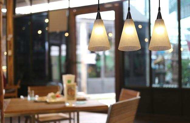 カフェの暖かい照明のモダンな天井ランプ。