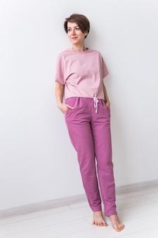 睡眠のための暖かいピンクのキット。やわらかなコットンtシャツとパンツ。健康的な睡眠のための快適な服。パジャマのコンセプトです。